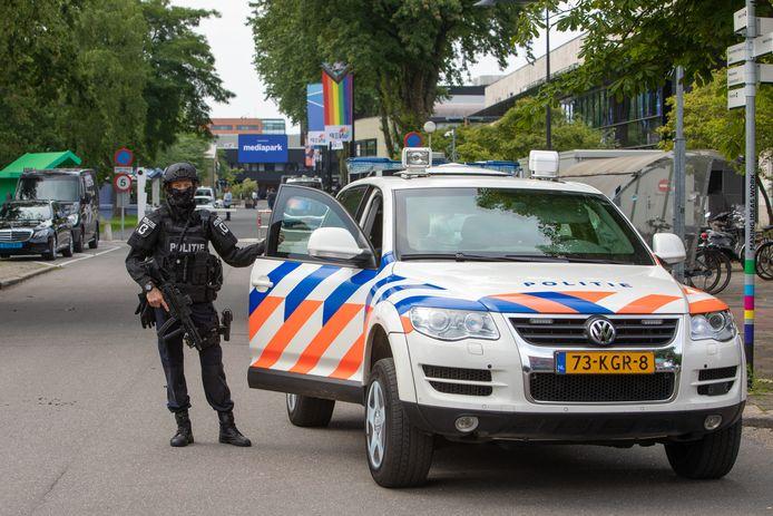 Zware beveiliging voor RTL Boulevard dat nu uitzendt op het Mediapark in Hilversum