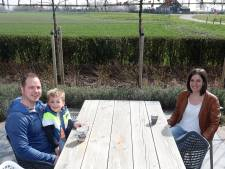 Horeca dicht? Zij bouwden een terras in eigen tuin: 'Wij voelen ons nooit opgesloten'