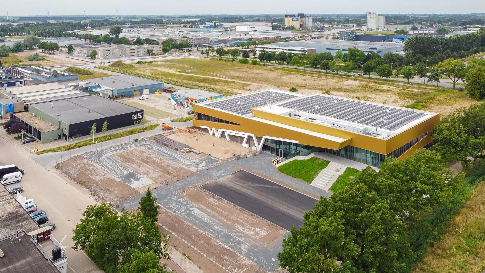 De nieuwe WRZV-hallen op bedrijventerrein Voorst. Op de achtergrond het nog braakliggende Beers-terrein en de Veldbiezenweg waar vervuilde grond aangetroffen is.
