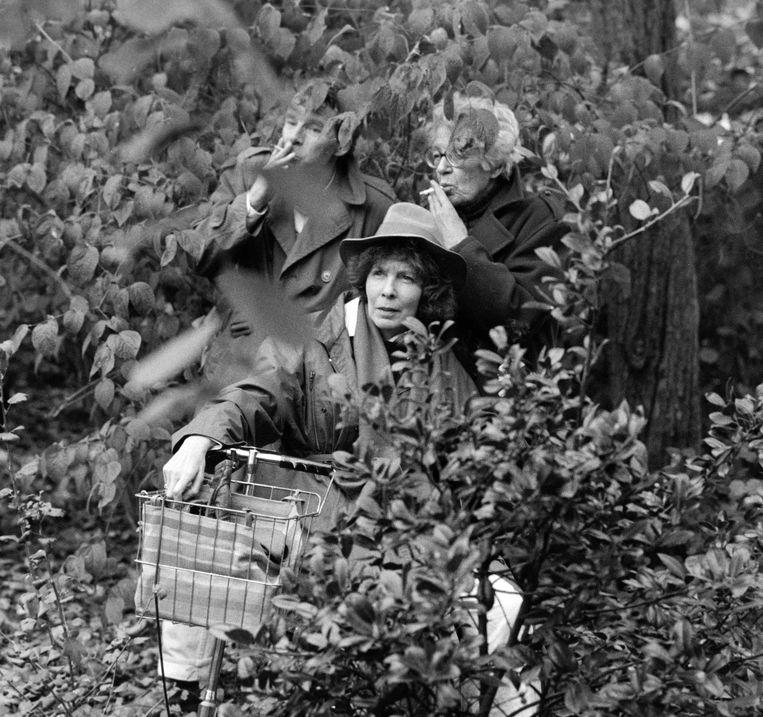 Op 9 september 1961 verscheen het eerste stukje van Renate Rubinstein (hier op de foto met Annie M.G. Schmidt en Peter Vos in 1988) in Vrij Nederland, zij was daarmee de eerste columnist van Nederland. Beeld Hollandse Hoogte/Bert Verhoeff