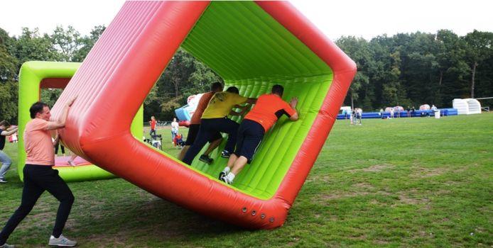 Het Spel Zonder Grenzen bestaat uitacht sportieve uitdagingen zoals een levensgroot voetbalspel, boogschieten en een hindernissenparcours op luchtkussens.