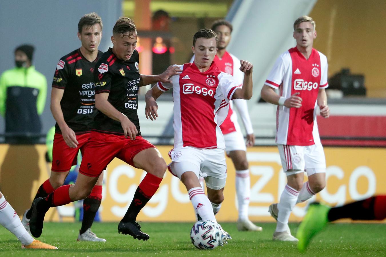 Julian Baas (links) van Excelsior in duel met Youri Regeer van Jong Ajax.