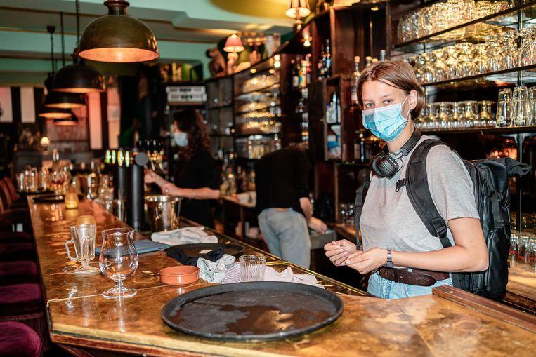 Kim Delarea werkt in het Gentse café Damberd: 'De logica van het mondmasker was me ontglipt.' Beeld ID/ Igor van de Poel