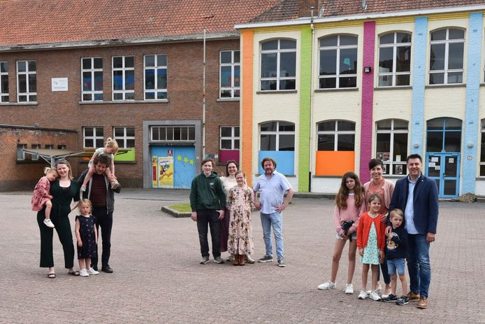 Marteko vzw lanceert zomerbar en EK-dorp op Vroonhofsite. Op de foto zien we Mark Monbaliu, Bert Recour en Dries Crombez van Marteko vzw met hun gezin. Steven Reynaert ontbreekt.