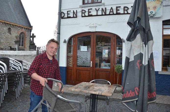 David Thierens zet zijn terras klaar voor zaterdag.