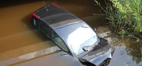 Automobilist rijdt het water in bij Oostburg en raakt gewond