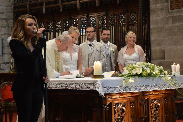 Dubbel huwelijk tweeling Sébastien en Laurent Neufkens. Zangeres Silvy De Bie brengt een nummer in de kerk van Geraardsbergen.