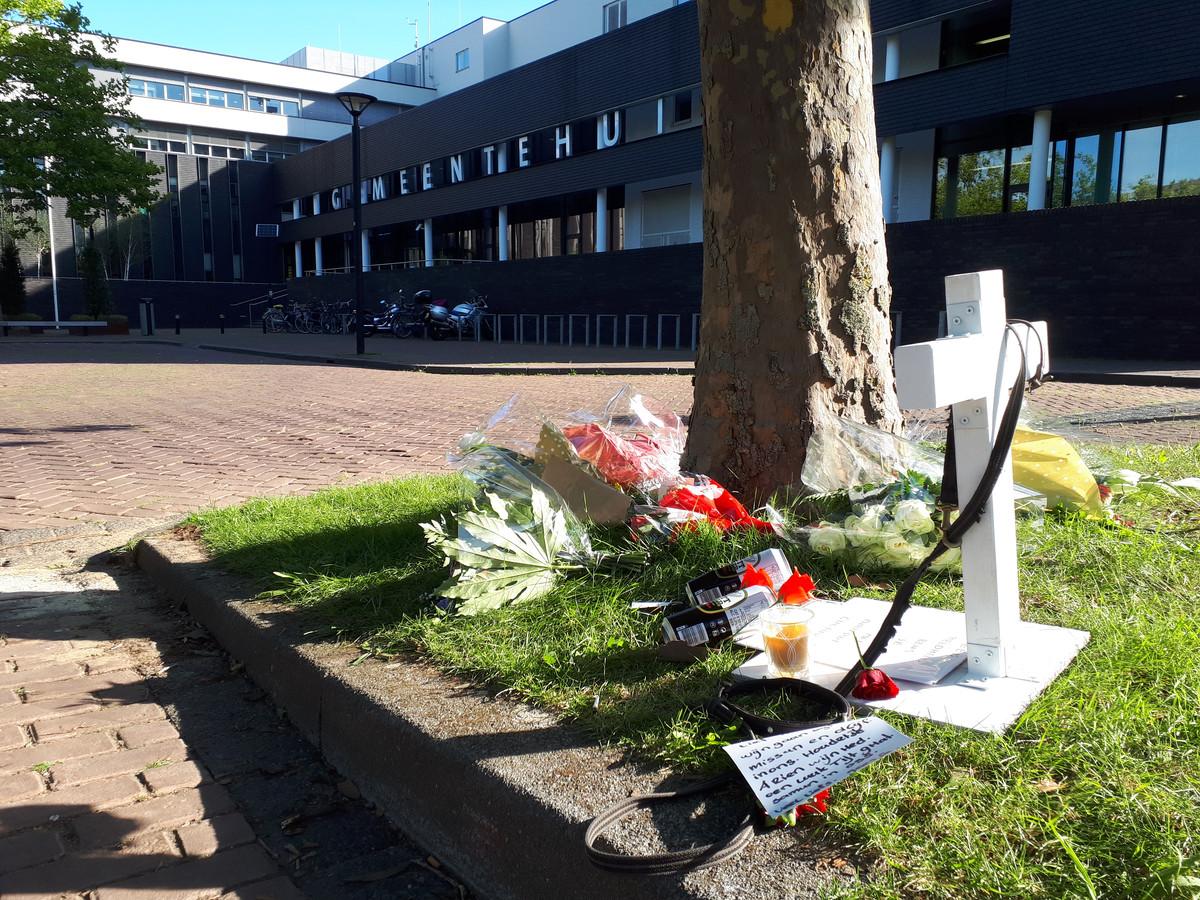 Op de plek waar Arie den Dekker werd gevonden nadat hij zichzelf in brand stak legden mensen bloemen en briefjes neer.