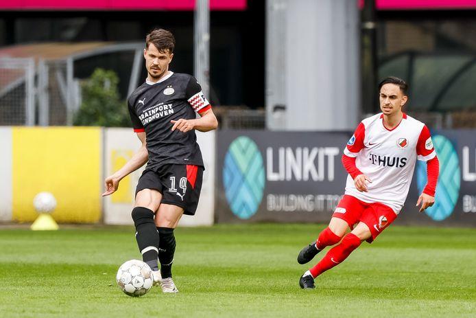 Marco van Ginkel (l) in actie tegen FC Utrecht.