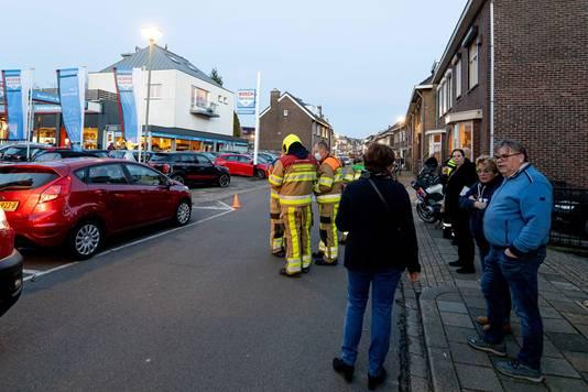 Hulpdiensten zaterdag bij een garagebedrijf in Meerssen waar brokstukken van het vliegtuig schade hebben veroorzaakt.