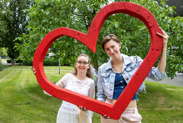 Samantha van der Sanden (links) en Zoë Sandkuijl spelen mee in de musical Liefde is alles.