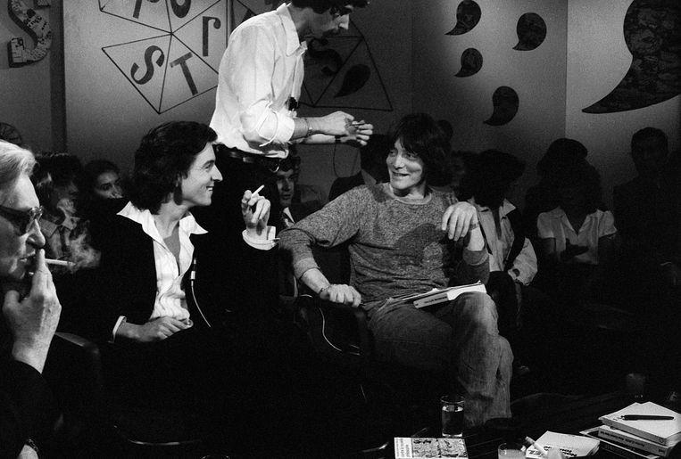 'BHL' brak in 1977 door bij het grote publiek dankzij een uitzending van het tv-boekenprogramma 'Apostrophes', waar ook collega-filosoof André Glucksmann (r) te gast was. Beeld BELGAIMAGE
