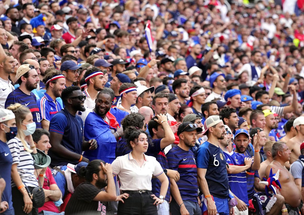 Deze Franse fans waren wél in het stadion in de juiste stad: Boedapest.