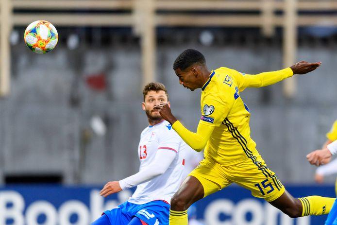 Alexander Isak met de 0-1 voor Zweden op bezoek bij de Faeröer Eilanden.
