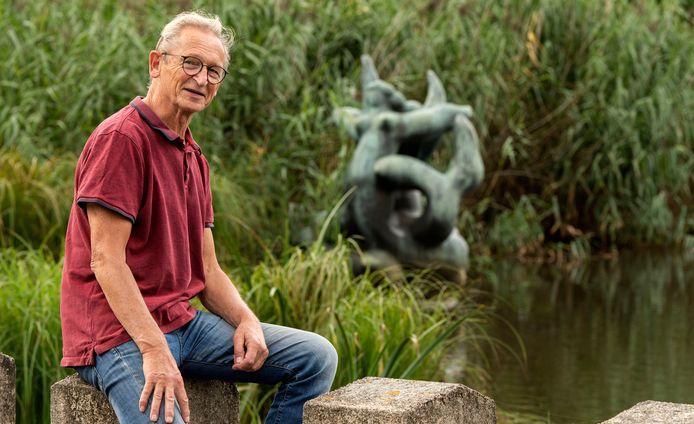 Voorzitter Wil Kuipers van stichting HeArtpool bij beeld 'Sirenen'  van de overleden kunstenaar Nic Jonk in de Swafertvijver.
