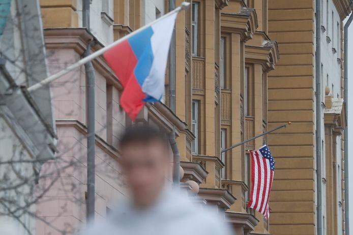 Russische vlag naast de Amerikaanse ambassade in Rusland. De spanningen tussen Rusland en de VS lopen op.