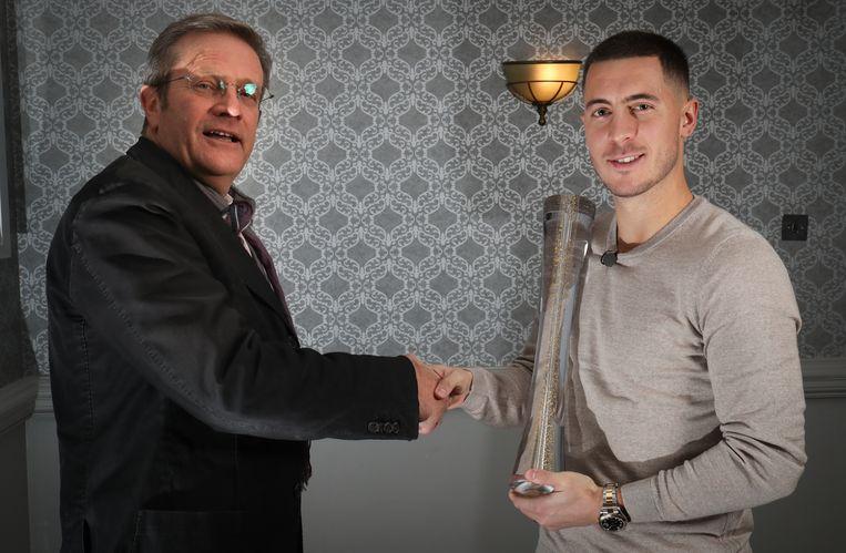 Hazard krijgt de prijs van Dominique Delhalle van Sportspress.be