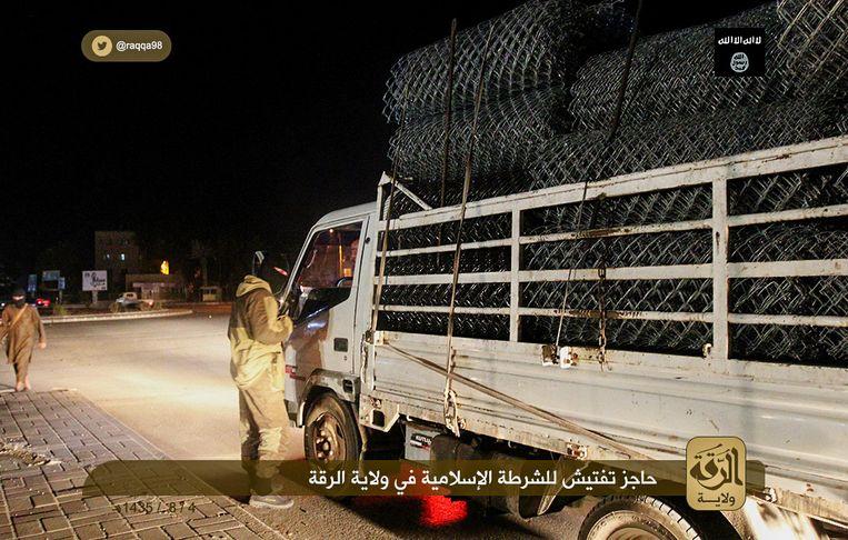 Controlepost in Raqqa. Een van de foto's uit het onderzoek van Beatrice de Graaf en Ahmet Yayla. Beeld Ibid