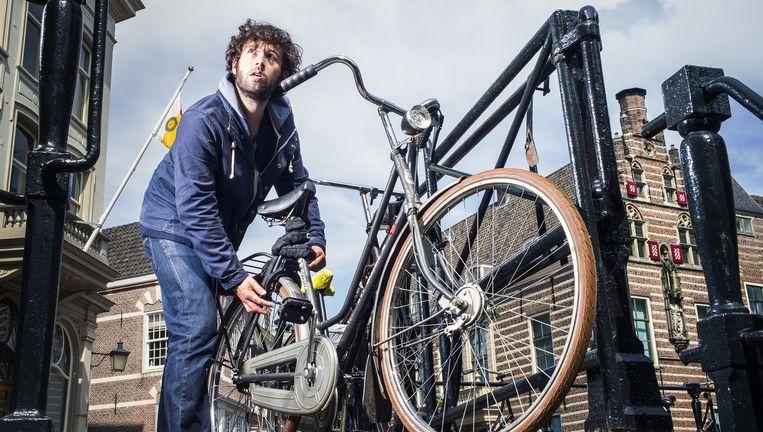 Frank Heinen stalt zijn fiets op een van de Utrechtse grachten. 'Van Utrecht wordt veelal in stilte genoten.' Beeld Jiri Buller