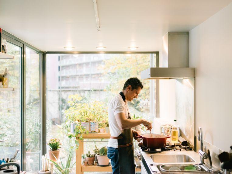 Jeoffrey Schouten: 'Zo'n stoofpotje kun je perfect voorbereiden, waardoor je tijdens het feest niet constant naar de keuken hoeft te hossen.' Beeld Kevin Faingnaert