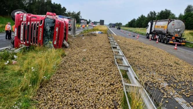 Vrachtwagen kantelt op E403 na klapband: aardappelen verspreid over snelweg in beide richtingen