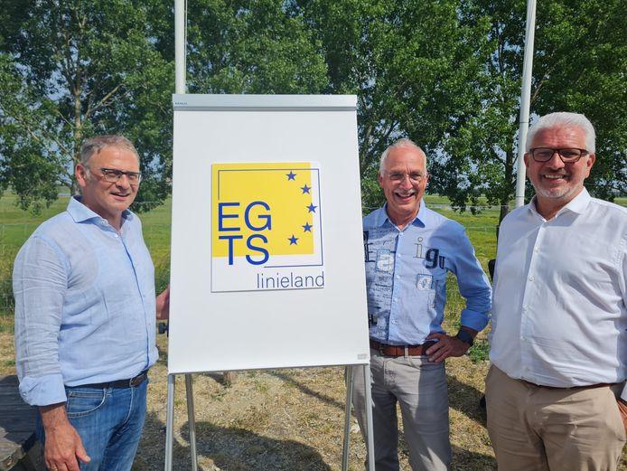 Directeur Richard Meersschaert, voorzitter Jan-Frans Mulder en ondervoorzitter Stany De Rechter mochten samen het nieuwe logo van EGTS Linieland onthullen.