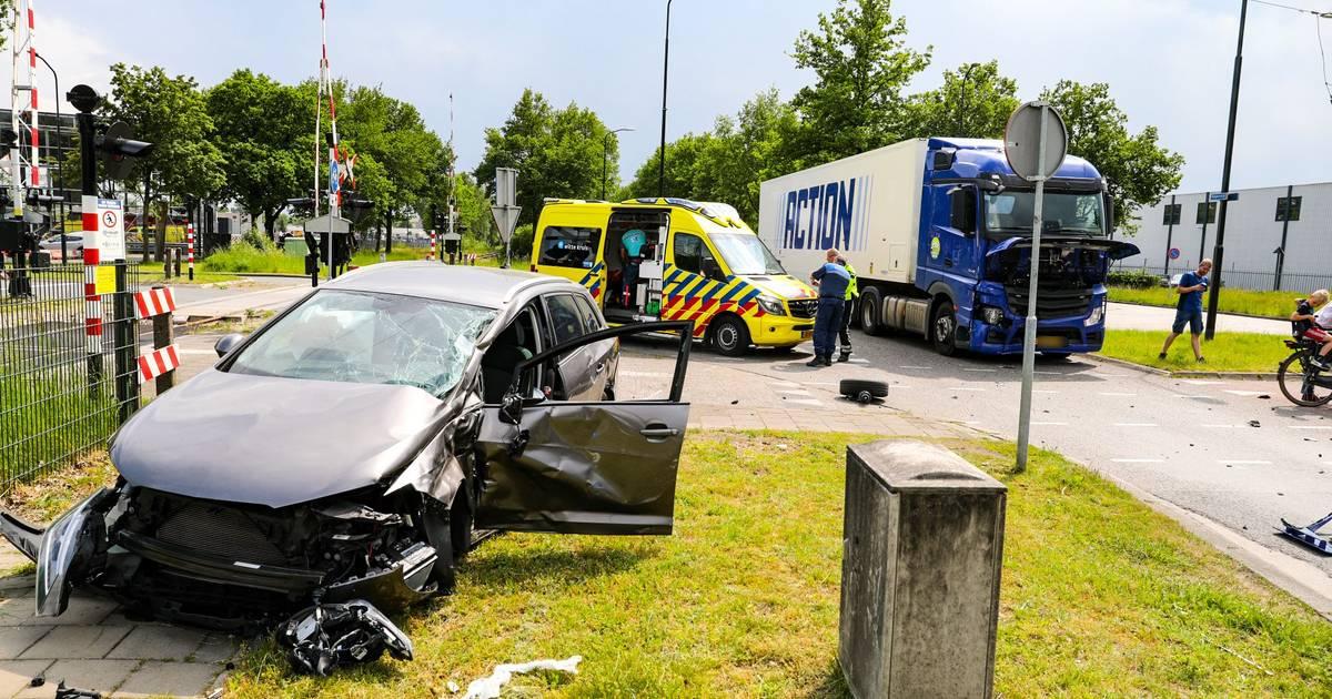Automobiliste ziet vrachtwagen over het hoofd in Apeldoorn en raakt gewond bij flinke botsing.