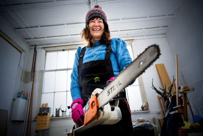 Ludo Roders doet mee aan SBS6- programma IJsmeesters. Ze maakt ijssculpturen en staat in de finale van de show.