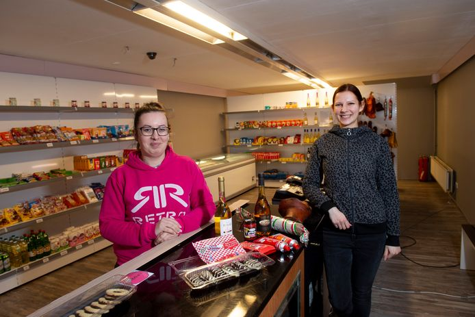 Adri en Timi in de nieuwe Hongaarse winkel. Speciaal voor de foto deden ze even hun mondkapje af.