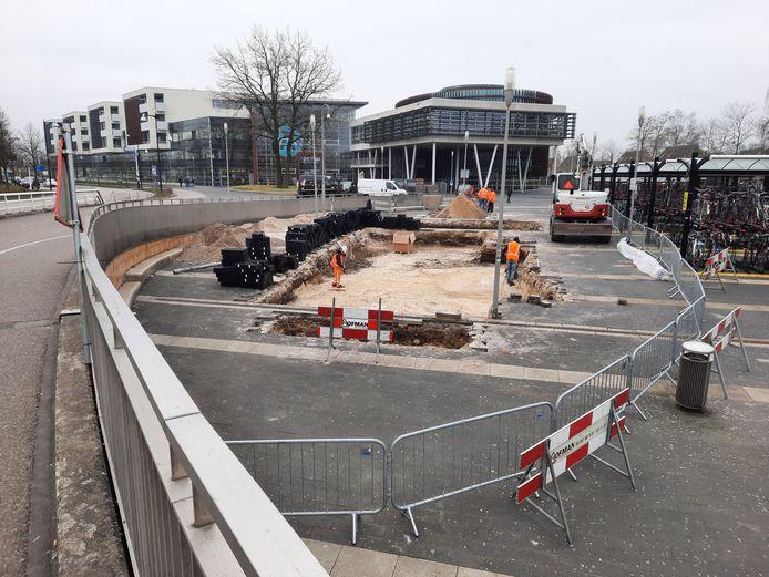 Voor wie station Apeldoorn wil verlaten en geen gebruik kan maken van de trap, is het een mogelijkheid om aan de zuidkant uit te checken. Daar hoeft men niet naar boven. Via de stationstunnel kan dan de andere kant bereikt worden.