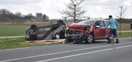 Aanhangwagen achter auto schaart en botst met tegenligger: voertuig op de kop in de berm in Terborg