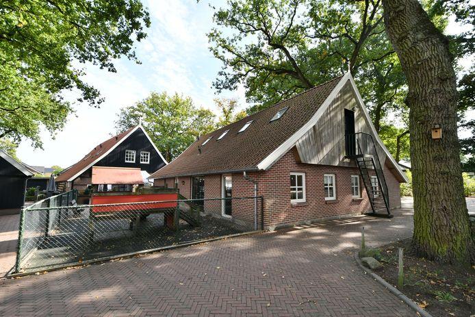 De schuur naast Erve Kampboer, waaruit na ruim 30 jaar de peuterspeelzaal is verdwenen.