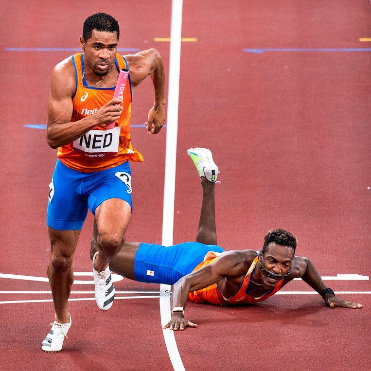 De vallende Liemarvin Bonevacia heeft het stokje gegeven aan Terrence Agard, de tweede loper van de 4 x 400 meter-ploeg. Beeld Klaas Jan van der Weij