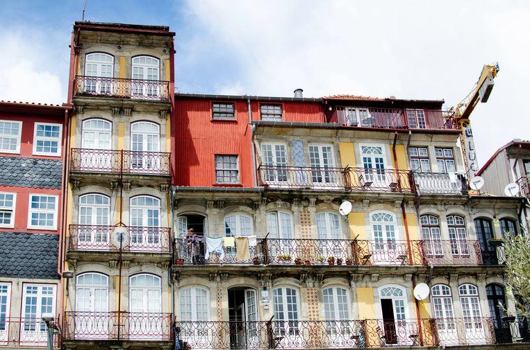 Niet alle gebouwen langs de route verdienen de schoonheidsprijs, maar de authentiek Portugese panden maken dat meer dan goed. Beeld Jessica de Korte