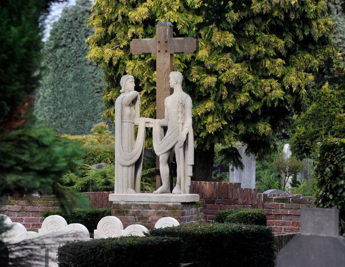 Beeldengroep bij het grafveld waarop gesneuvelde militairen uit de Tweede Wereldoorlog liggen begraven.