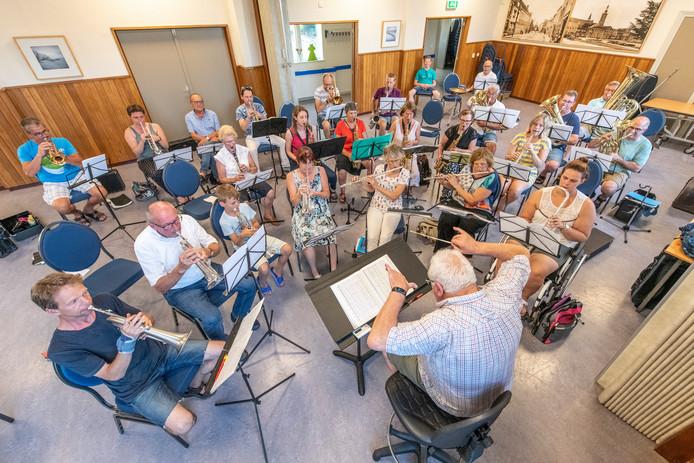 De Koninklijke Muzieksociëteit Aardenburgsche Fanfaren repeteert onder leiding van Erwin Swimberghe  in het dorpshuis voor het jubileumweekend.