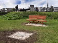 Bezinnen en gedenken op het coronabankje in Grave
