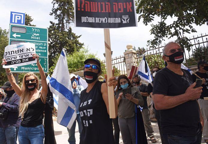 Israëliërs protesteren tegen in Jeruzalem tegen premier Netanyahu, die wordt beschuldigd van corruptie, maar door de coronacrisis is het proces uitgesteld.