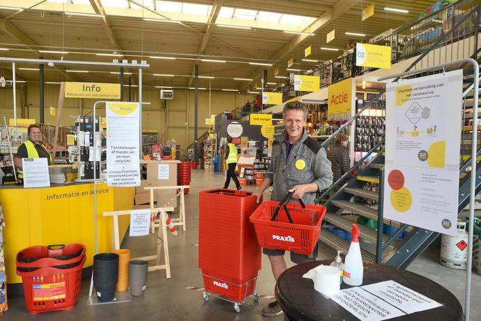Mark Lemson, eigenaar van de Praxis in Renesse, kan goed merken dat Zeeland weer open staat voor toeristen.
