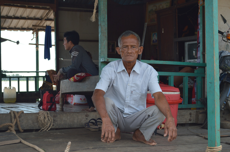 Vietnamese gemeenschap in Cambodja  Chau Van Duyen op zijn boot in Kandal in Cambodja, een paar kilometer van de grens met Vietnam vandaan.