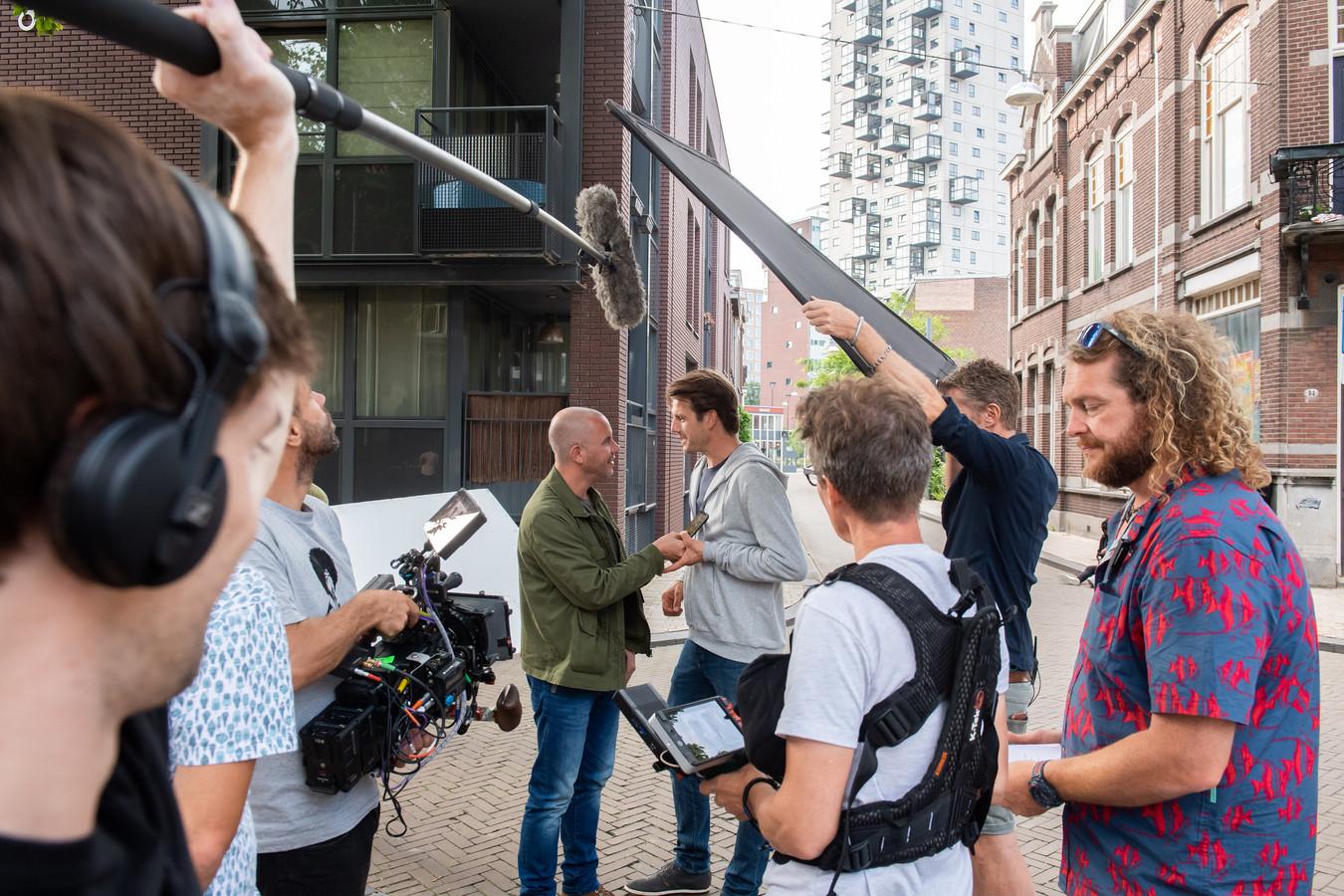 Smeris is voor opnames terug in Tilburg. Jeroen van Koningsbrugge neemt een scène op, met op de achtergrond de Vogelkooitjes-flat.