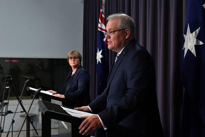 """Le Premier ministre Scott Morrison (ici à droite) a déclaré que la ministre de la Défense Linda Reynolds (ici à gauche) """"regrettait profondément"""" les propos tenus contre son ancienne collaboratrice Brittany Higgins, qui a déclaré avoir été violée en 2019."""