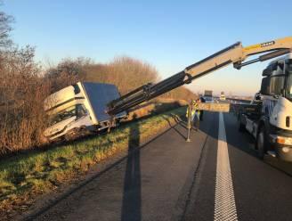 Bestuurder van lichte vrachtwagen valt in slaap, voertuig belandt in de sloot naast E40