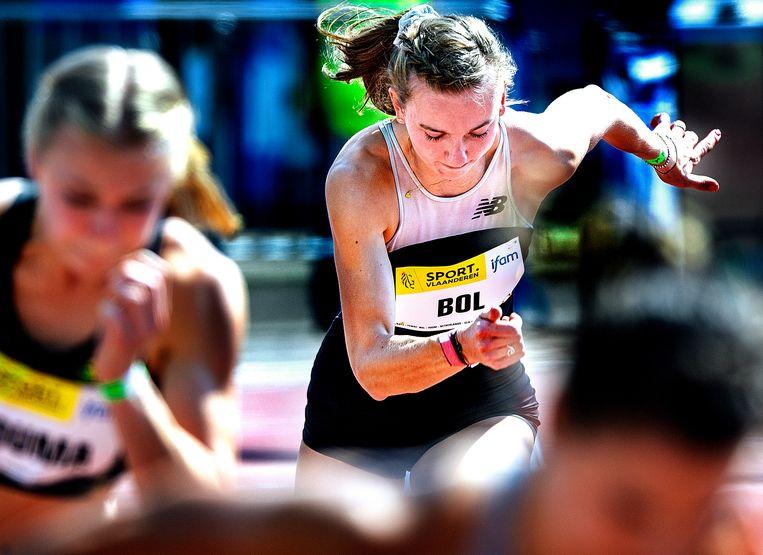 Femke Bol tijdens de start van de 400 meter, de afstand waarop zijn zaterdag een Nederlands record liep:  50,56.  Beeld Klaas Jan van der Weij