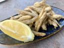 Gefrituurde spierinkjes met citroen, een zalig vakantie-gerechtje.