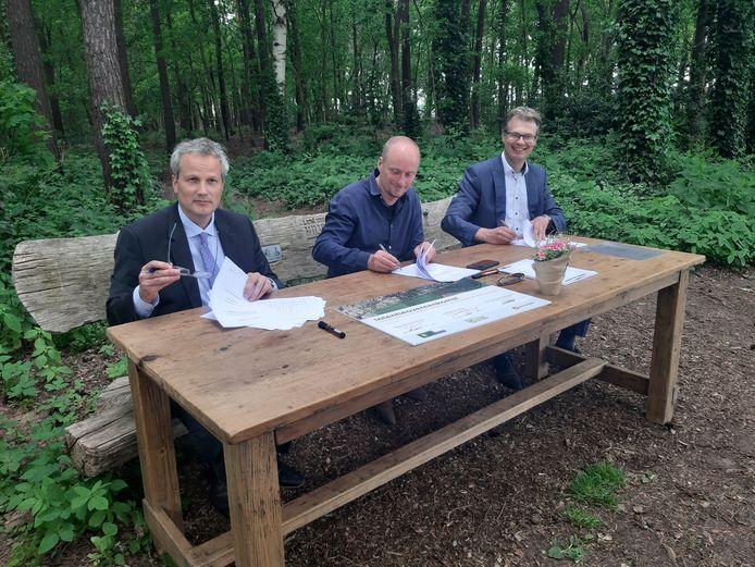 Vlnr: Burgemeester Evert Weys, Marcel van Dijk en Gosse Dousma van Van Wijnen Recreatiebouw.