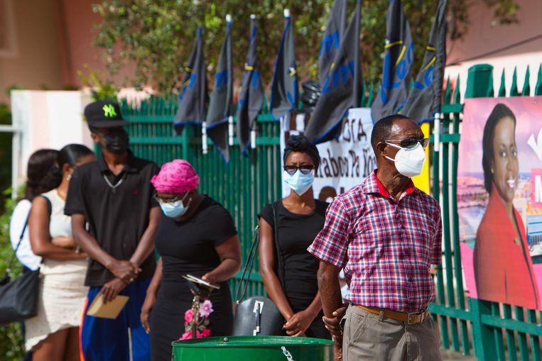 Inwoners van Curaçao staan in de rij om te stemmen. Beeld ANP