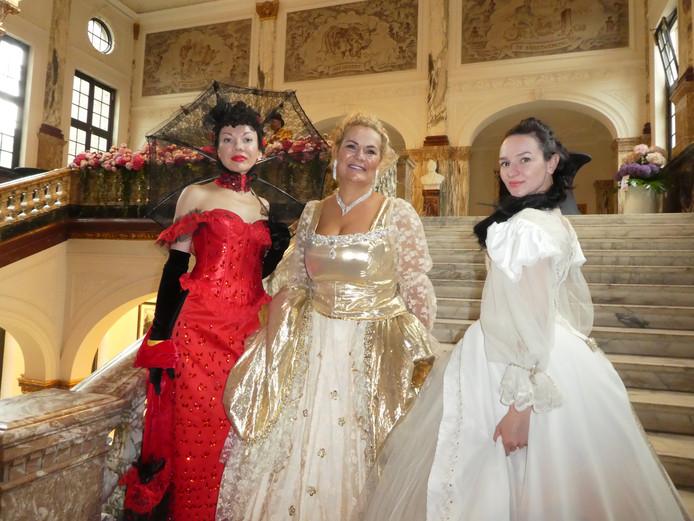 """Willen zus Nina Chevtchouk, BFF Jetka Goedhart en dochter Oxana Chevtchouk ook op de foto? Goedhart: """"Wij zijn wel heel duur."""""""