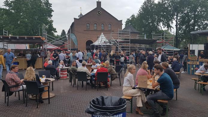 Het Beukplein in Middelrode bij De Moerkoal en naast de kerk liep nadat de regen ophield snel vol