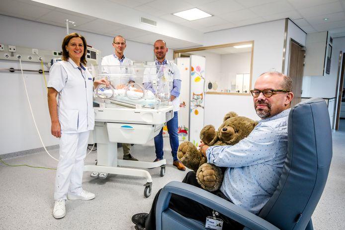 Algemeen directeur Lieven Vermeulen, hoofdvroedvrouw An Decorte, zorgmanager Dirk Huyghe en verpleegkundig directeur Bert Cleuren op de dienst neonatologie.
